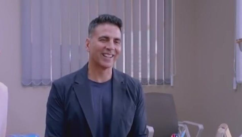 Celebrity Hairstyle Of Akshay Kumar From Official Trailer Good Newwz 2019 Charmboard